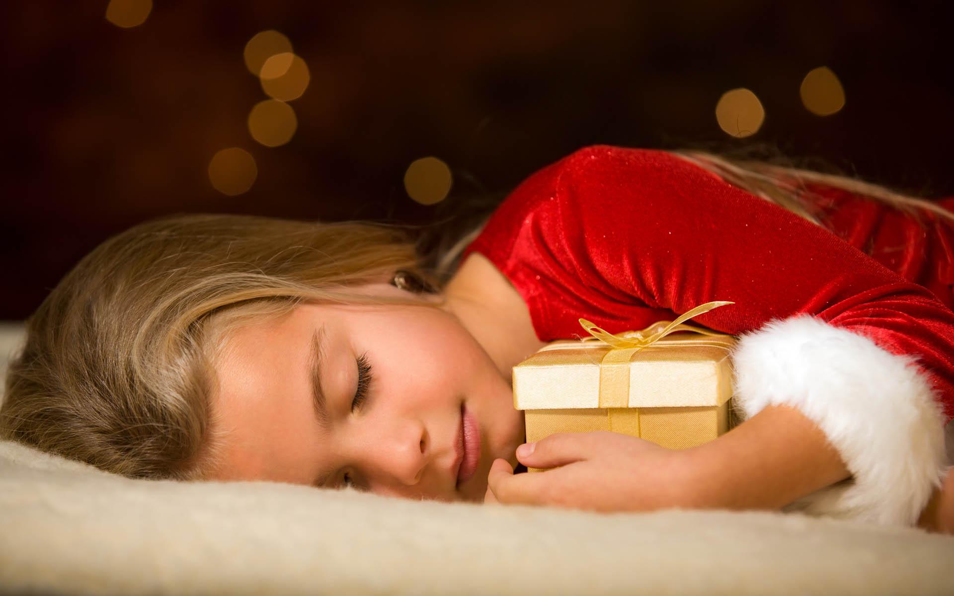 Девочка, сон, подарок.
