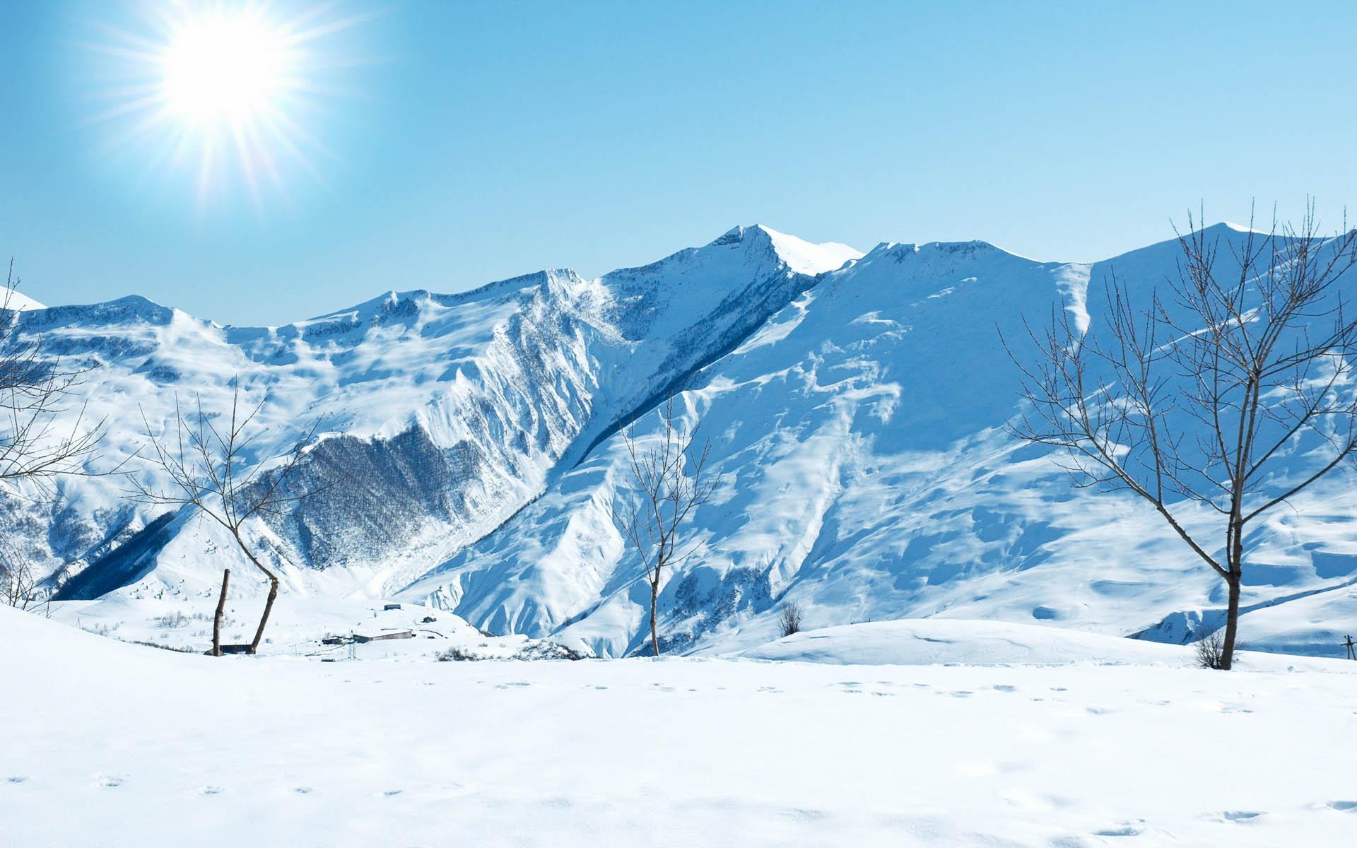 Горы и яркое зимнее солнце