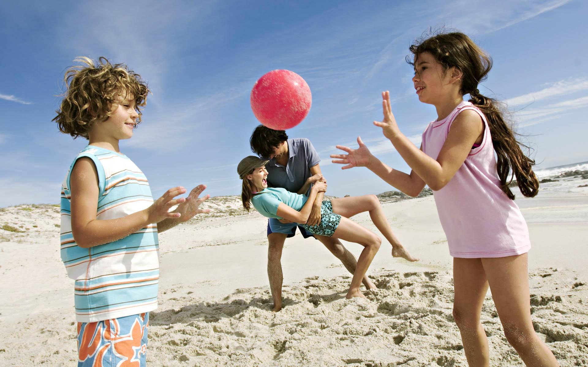 Дети играют в мячик