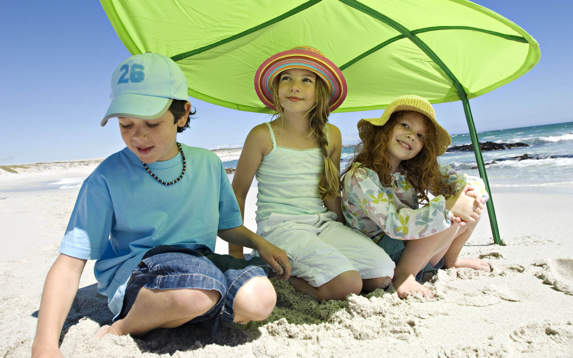 Смотреть фото мальчики на пляже 1 фотография