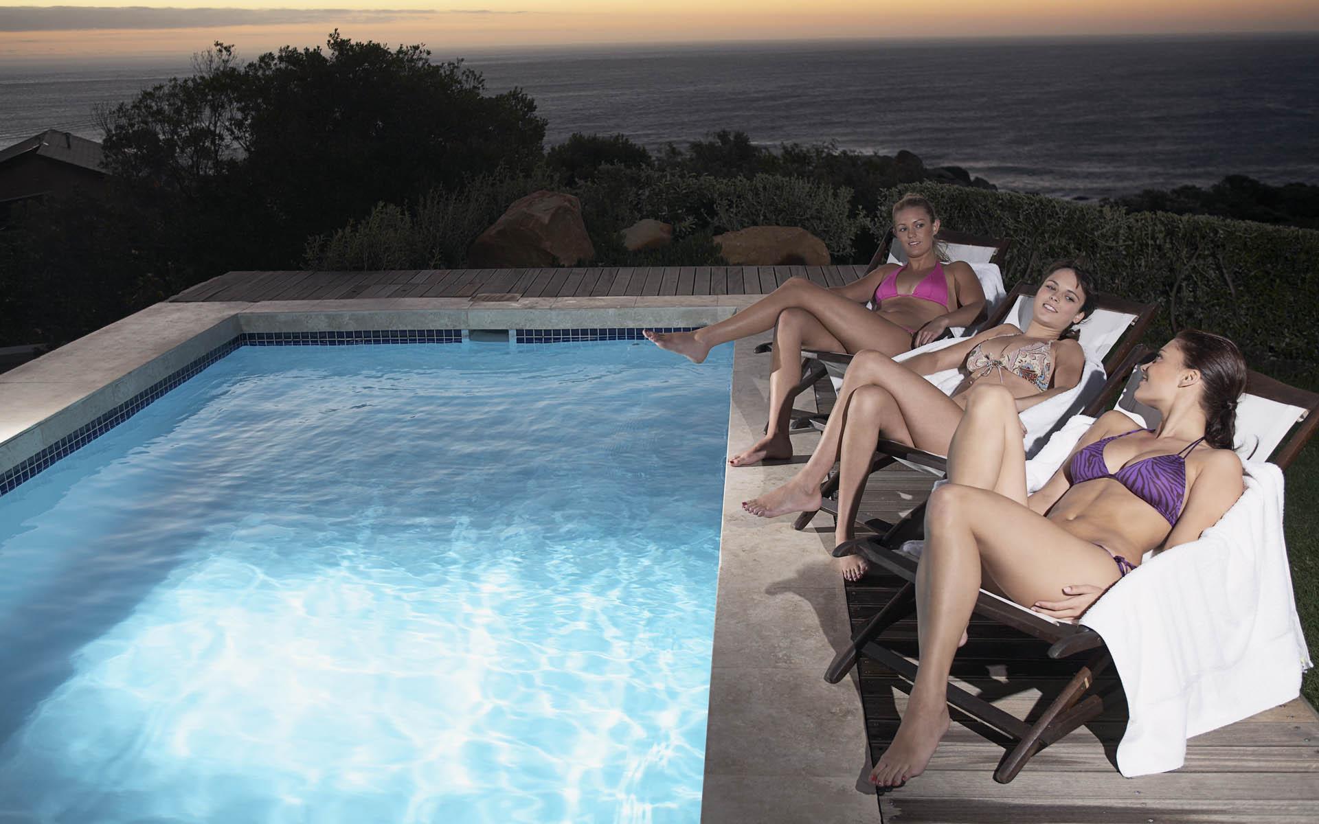 Три девки а бассейне фото 367-388
