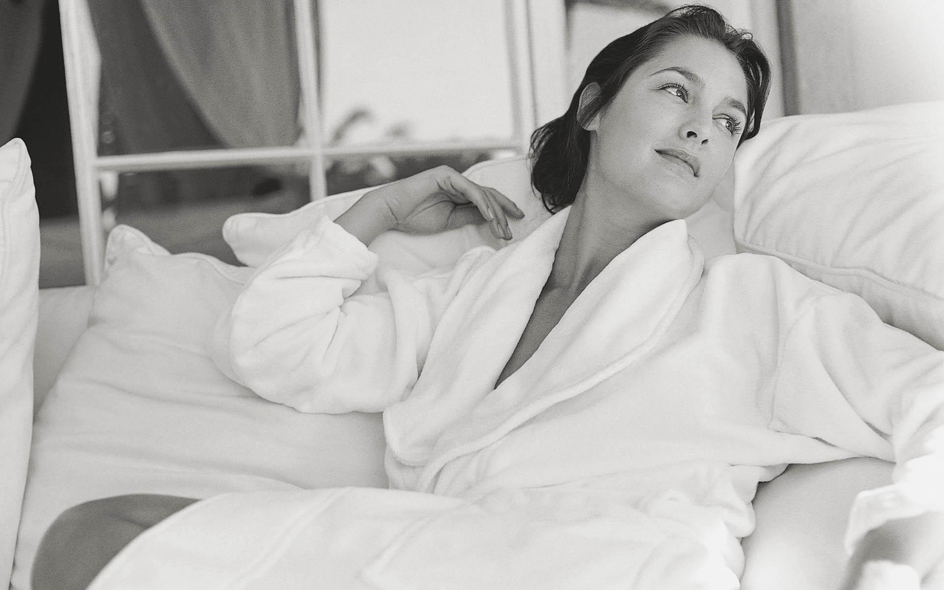 Фотография девушки в халате 10 фотография